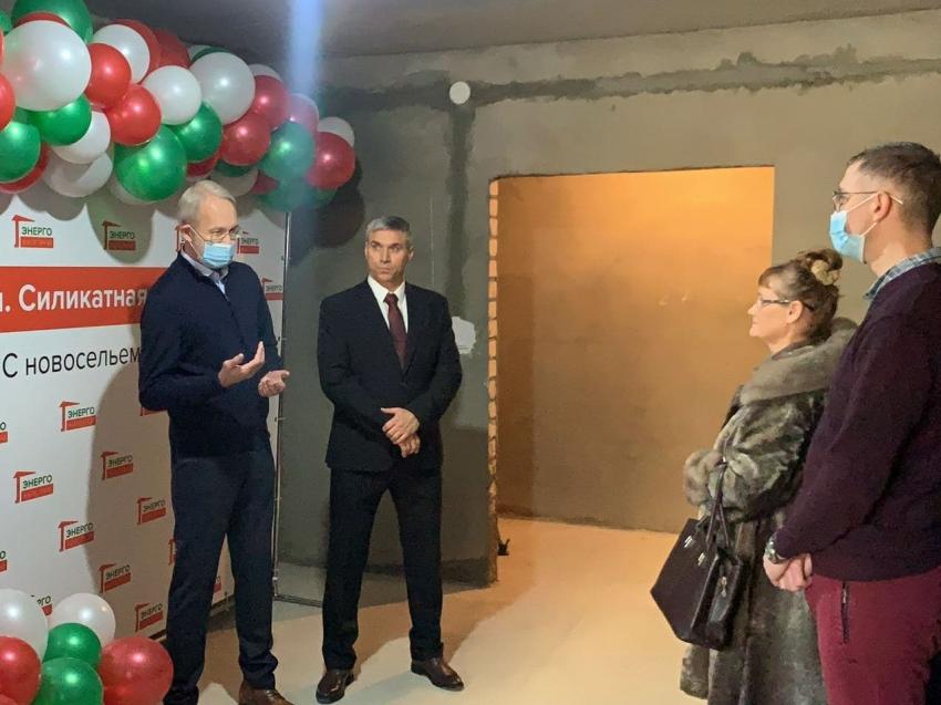 Михаил Заиченко и Виктор Лопатин вручают ключи дольщикам
