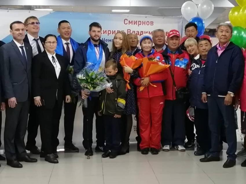 В Чите встретили победителя Паралимпиады в Токио по стрельбе из лука Кирилла Смирнова
