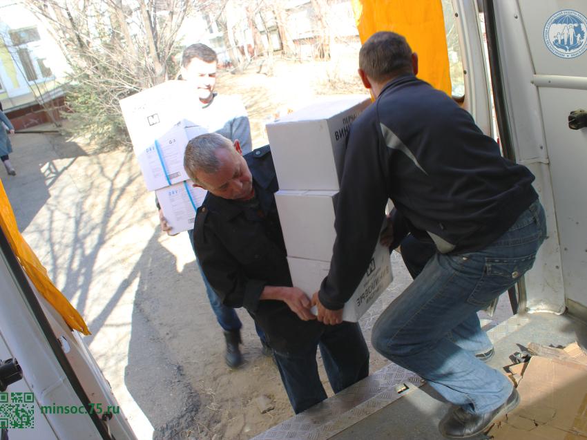 «Мангазея» передала более 30 тысяч перчаток для соцработников Забайкалья