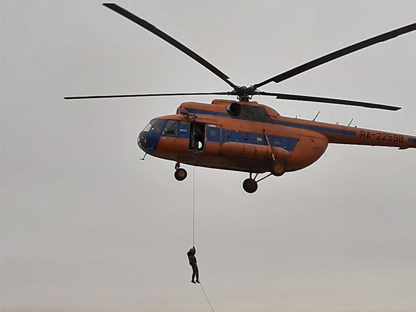 Для доставки авиапожарной службы к местам очагов задействовали вертолёты
