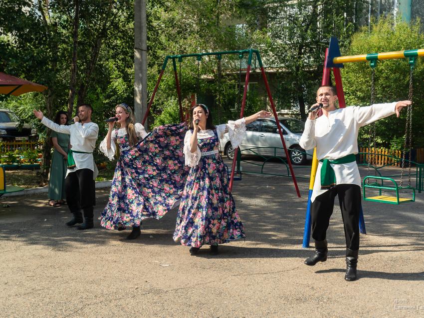 В честь завершения голосования во дворах Читы выступают городские  творческие коллективы