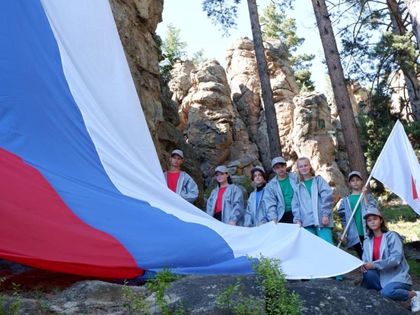 Ко Дню Российского флага активисты ОНФ развернули российский триколор с вершины Кадалинских Дворцов