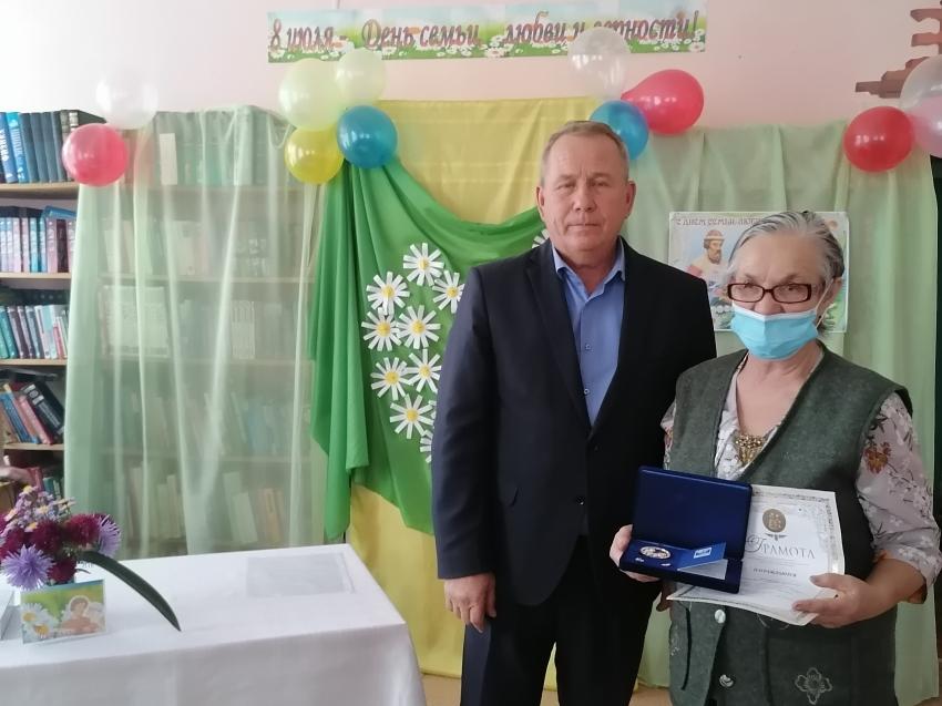 Медали за 105 лет любви вручили в Забайкалье