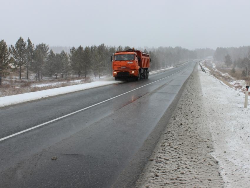 Дорожники Забайкалья восстанавливают проезд на двух федеральных трассах после снегопада
