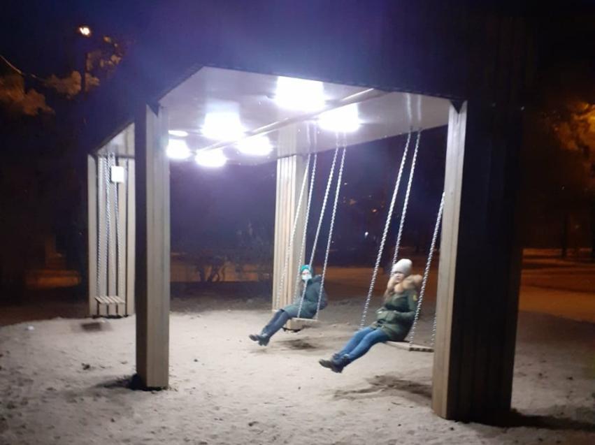 Парковые качели установили для горожан на территориях отдыха в краевой столице Забайкалья