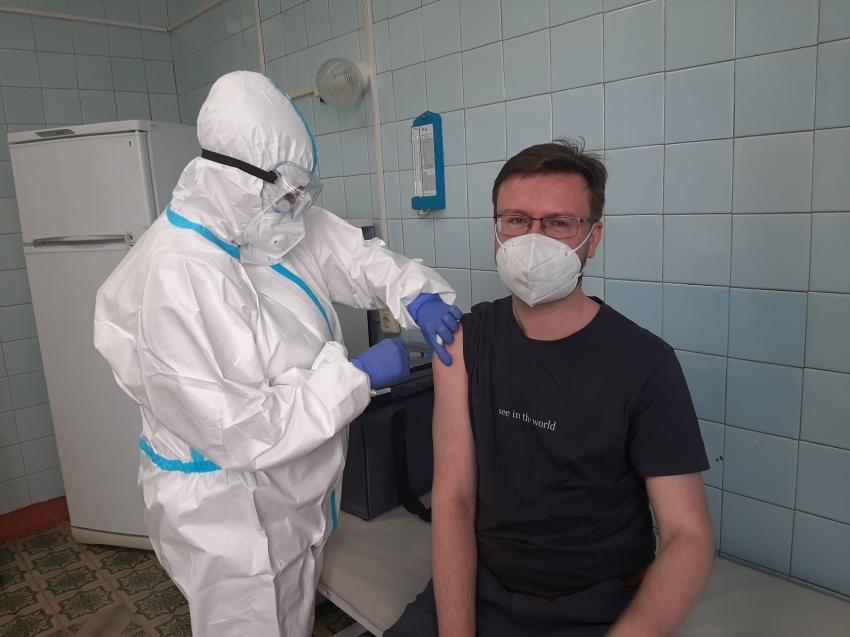 «Чаша весов на стороне пользы» - пульмонолог поставил прививку от COVID-19
