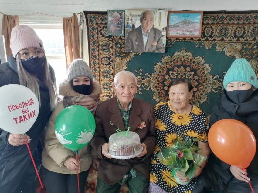 Молодежь Аги поздравила ветерана Великой Отечественной войны с 23 февраля