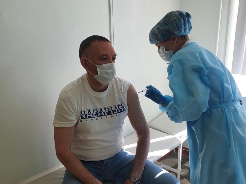 Руководитель департамента мировых судей вакцинировался от коронавируса в Чите