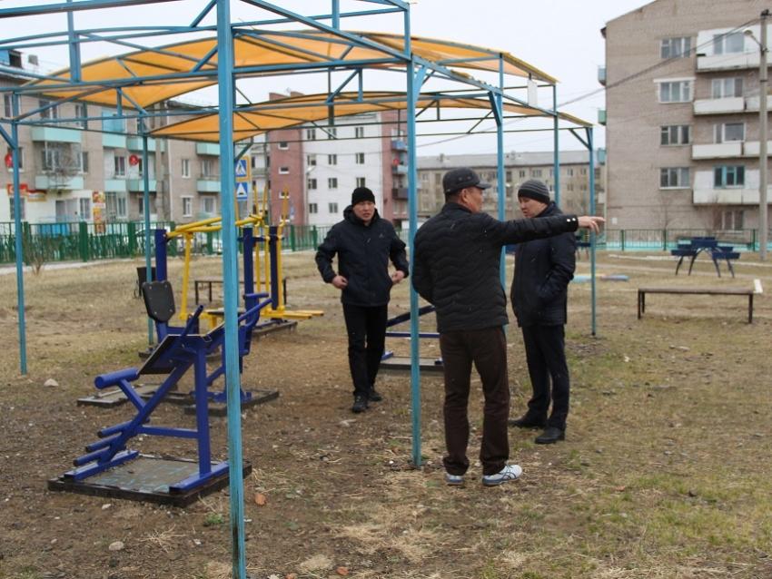 Буянто Батомункуев проверил работу пункта вакцинации в поселке Новоорловск
