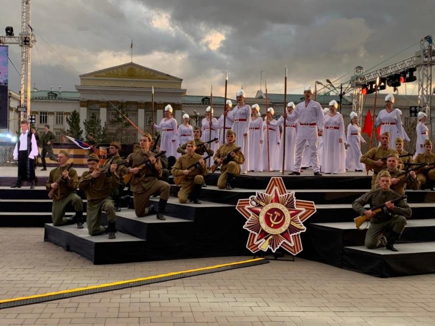 Театрализованный концерт в честь 9 мая проходит на центральной площади в Чите