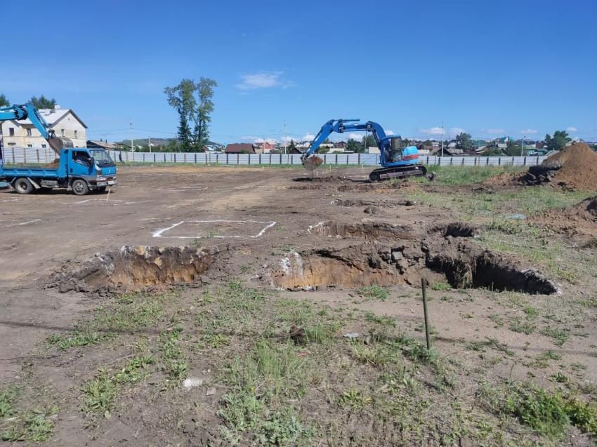 Строители провели разработку котлована под будущий спортивный комплекс в поселке Карымское