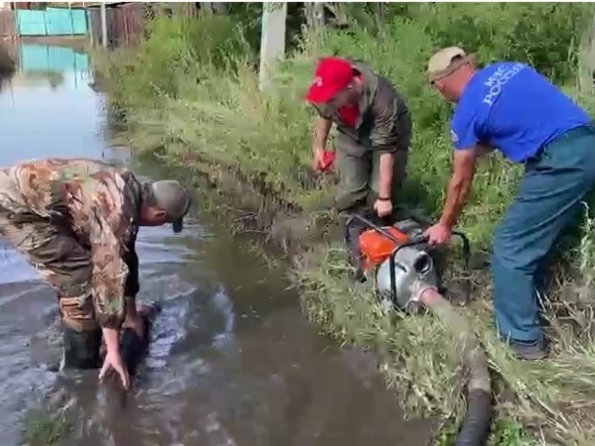 «Мы вместе»: Спасатели МЧС и добровольцы откачивают воду из затопленных дворов в Шилке