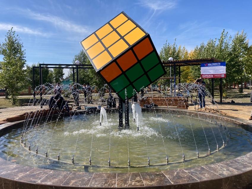 Кубиком Рубика, парящим над центральным парком, любуются жители Могойтуя