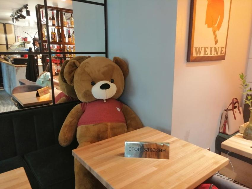 Плюшкомания: Для соблюдения социальной дистанции в одном из читинских ресторанов используют плюшевых медведей