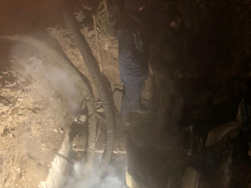 В районе Школы 17 устраняют аварию на теплотрассе