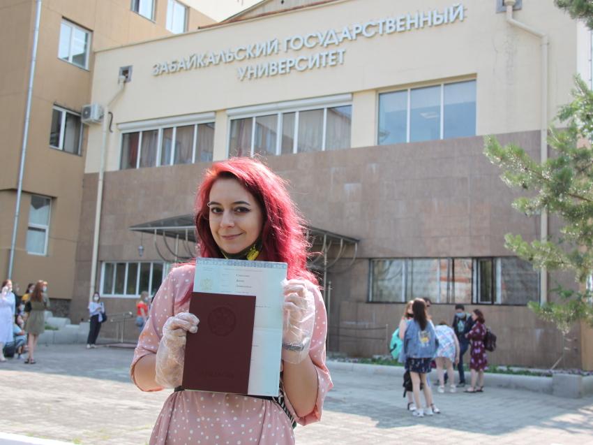 Вручение дипломов выпускникам проходит в ЗабГУ