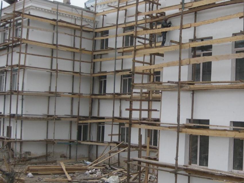 В здании Новочарской школы №2 капитально ремонтируют второй и третий этажи