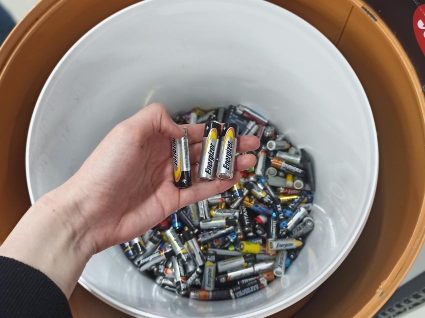 Сотрудники Минприроды Забайкалья сдали использованные батарейки в один из пунктов приёма