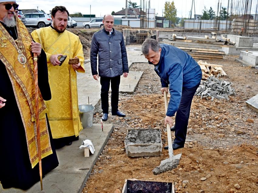 В Чите освятили закладной камень основания школы в микрорайоне Октябрьский