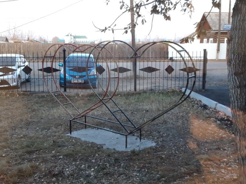 Скульптура в форме сердец появилась на территории отедла ЗАГС Кыринского района